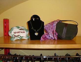 Schmuck, Taschen und Tücher